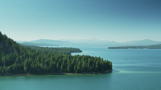 lake almanor mit lassen peak in distanz - wasserpumpanlage stock-videos und b-roll-filmmaterial