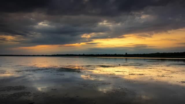 vídeos de stock e filmes b-roll de lake at dusk - reflection