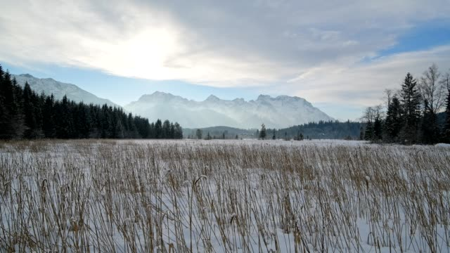 vídeos de stock, filmes e b-roll de lake barmsee with karwendel mountainrange on morning in winter, krün, garmisch-partenkirchen upper bavaria, bavaria, germany, european alps - garmisch partenkirchen