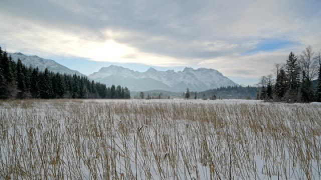 vídeos de stock, filmes e b-roll de lake barmsee with karwendel mountainrange on morning in winter, krün, garmisch-partenkirchen - garmisch partenkirchen