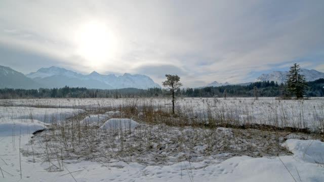 vídeos de stock, filmes e b-roll de lake barmsee with karwendel mountainrange on morning in winter, krün, garmisch-partenkirchen upper bavaria, bavaria, germany, european alps - alta baviera