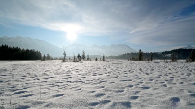 vídeos de stock, filmes e b-roll de lake barmsee with karwendel mountainrange on morning with sun in winter, krün, garmisch-partenkirchen upper bavaria, bavaria, germany, european alps - alta baviera