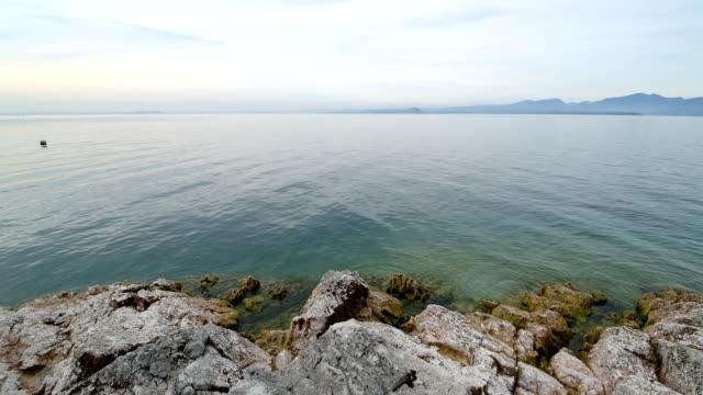 lake bay, baia delle sirene, garda, lake garda, lago di garda, veneto, italy - lago stock videos & royalty-free footage