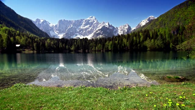4 seasons lake below the mountain tops - le quattro stagioni video stock e b–roll