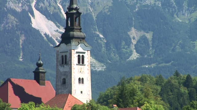 cu, zo, ws, lake bled and island with assumption of mary church, slovenia - lago di bled video stock e b–roll