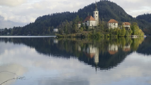 lake bled by autumn - lago di bled video stock e b–roll
