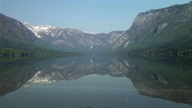 ws, lake bohinj reflecting mountains, triglav national park, gorenjska, slovenia - triglav national park stock videos and b-roll footage