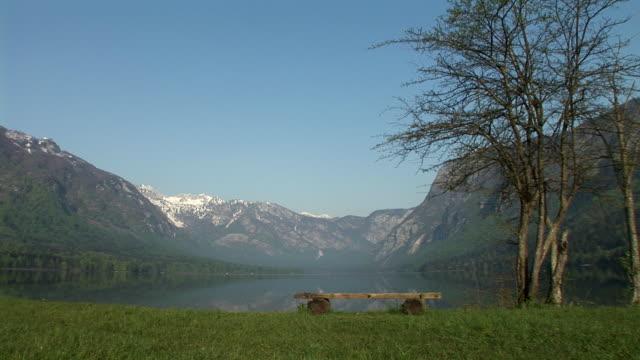 ws, bohinjer see umgeben von bergen, nationalpark triglav, gorenjska, slowenien - seeufer stock-videos und b-roll-filmmaterial