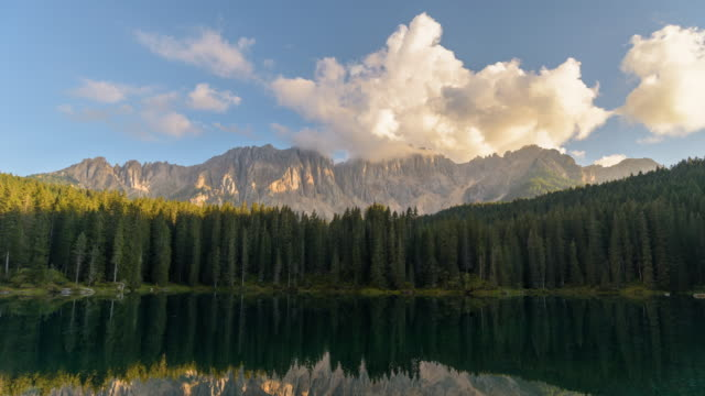 Lake Carezza Dolomieten Italië, beroemde reizen locatie, 4K time-lapse