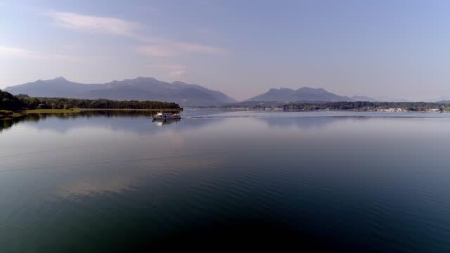 stockvideo's en b-roll-footage met het meer de chiemsee en de chiemgauer alpen vanuit het noorden - beieren