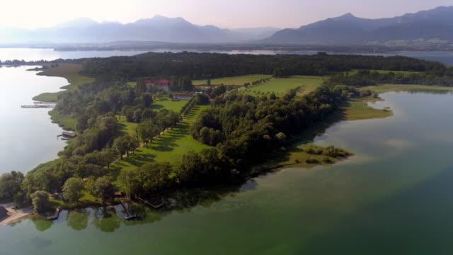 stockvideo's en b-roll-footage met het meer de chiemsee en het herreninsel met het oude paleis - beieren