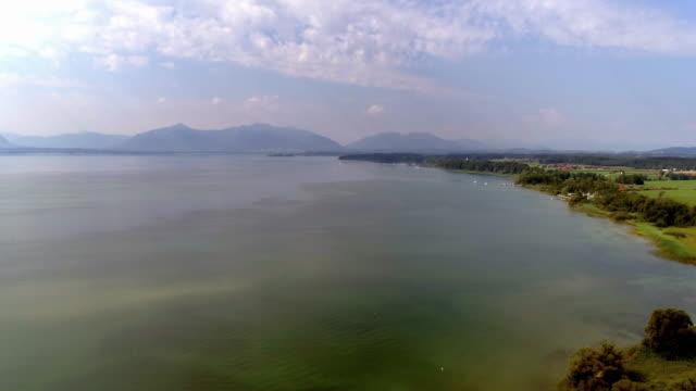 stockvideo's en b-roll-footage met lake chiemsee northwest shore vanuit seebruck - beieren
