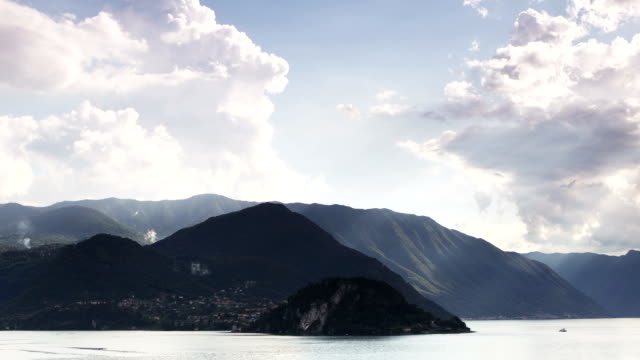 lake como sonnenlicht panorama - see stock-videos und b-roll-filmmaterial