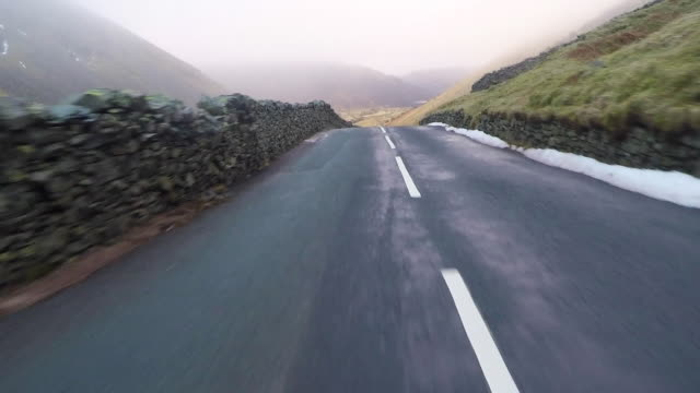 lake district driving pov - kurvenreiche straße stock-videos und b-roll-filmmaterial