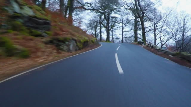 vídeos de stock, filmes e b-roll de lake district driving pov - ponto de vista de carro
