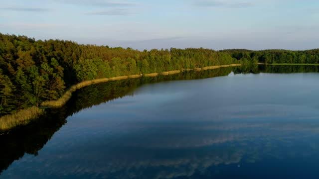 上から見た湖水地方。のどかな夏の風景 - リフレクション湖点の映像素材/bロール