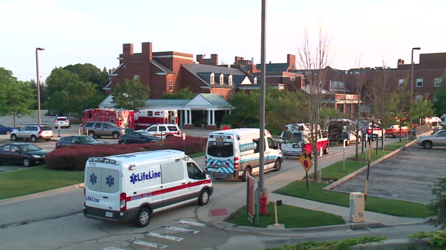 wgn lake forest hospital in lake forest illinois was evacuated on july 12 due to overnight flooding that resulted in power outages 70 patients were... - evacuazione video stock e b–roll