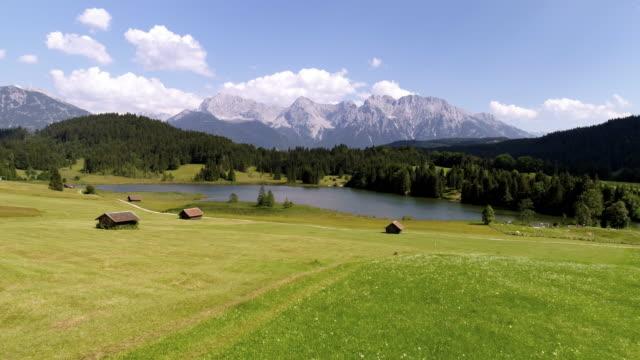 vídeos de stock e filmes b-roll de lake geroldsee and karwendel mountains in upper bavaria - cabana estrutura construída