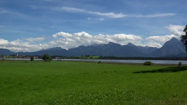 lake hopfensee and saeuling, fuessen, swabia, bavaria, germany - horizont über land stock-videos und b-roll-filmmaterial