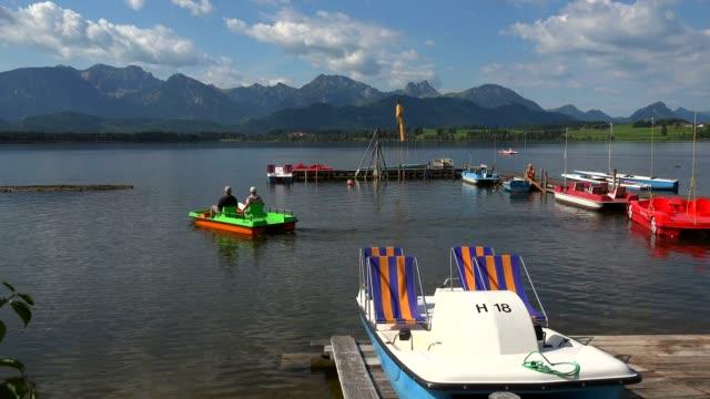 lake hopfensee, hopfen am see near fuessen, allgaeu, swabia, bavaria, germany - tre fjärdedels längd bildbanksvideor och videomaterial från bakom kulisserna