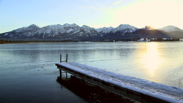 ws lake hopfensee with city and mountain near fussen / hopfen am see, bavaria, germany - ruhige szene stock-videos und b-roll-filmmaterial