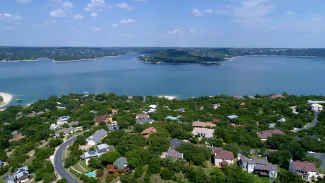 stockvideo's en b-roll-footage met lake huizen voorstad op lake travis buiten austin, texas luchtfoto drone weergave boven wijk uitje water front eigenschap - sunshine lake
