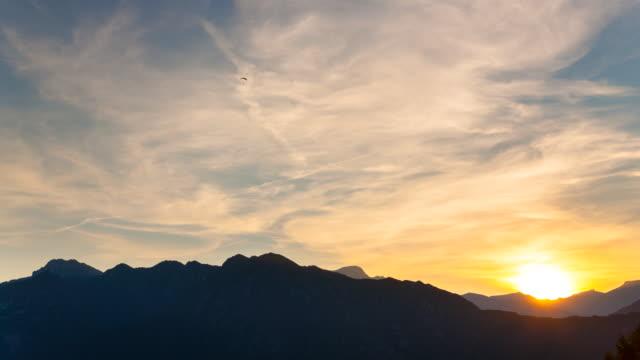 t/l of lake idro and paragliders at sunset / lago idro, bavaria, germany - トレンティーノ点の映像素材/bロール