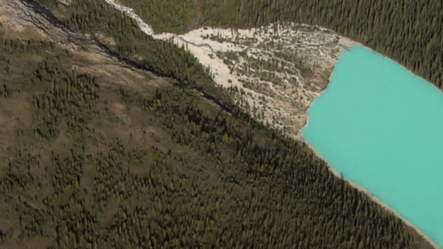 stockvideo's en b-roll-footage met aerial lake in canadian rockies mountains, jasper national park, alberta, canada - jasper national park