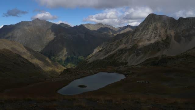 vídeos de stock, filmes e b-roll de lago nas montanhas (cáucaso ocidental) - forma da água