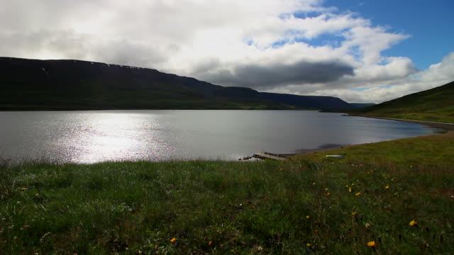 vídeos de stock e filmes b-roll de lake in the mountains, in italy - lightweight