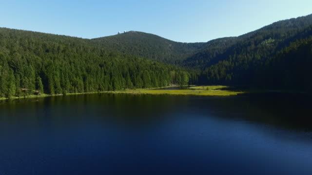 湖クライナー Arbersee とその浮遊式人工島の高架道路