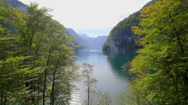 vídeos de stock e filmes b-roll de lake koenigssee, bavaria, in autumn - embarcação comercial