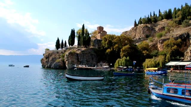vídeos de stock, filmes e b-roll de paisagem do lago com os barcos e os pássaros do pescador nele - república da macedônia