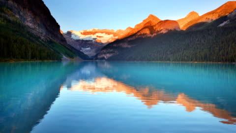 lake louise, banff national park, kanada bei sonnenaufgang - banff nationalpark stock-videos und b-roll-filmmaterial
