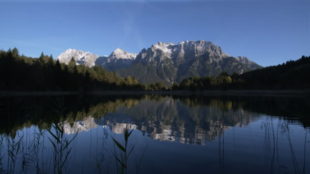 stockvideo's en b-roll-footage met lake luttensee with karwendel mountain range. mittenwald, garmisch-partenkirchen, luttensee, karwendel, werdenfelser land, upper bavaria, bavarian alps, bavaria, germany, europe. - bavarian alps