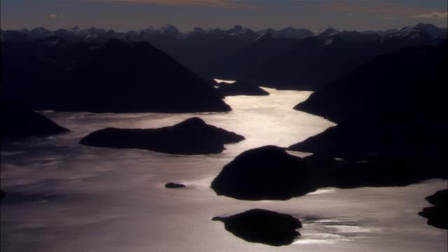 vídeos de stock e filmes b-roll de low aerial, lake manapouri, fiordland national park, new zealand - imagem tonalizada
