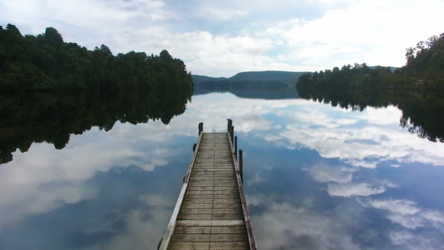 lake mapourika wonderlust. - molo video stock e b–roll
