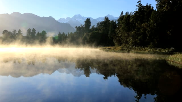 lake matheson panorama at sunrise, new zealand - 湖 個影片檔及 b 捲影像