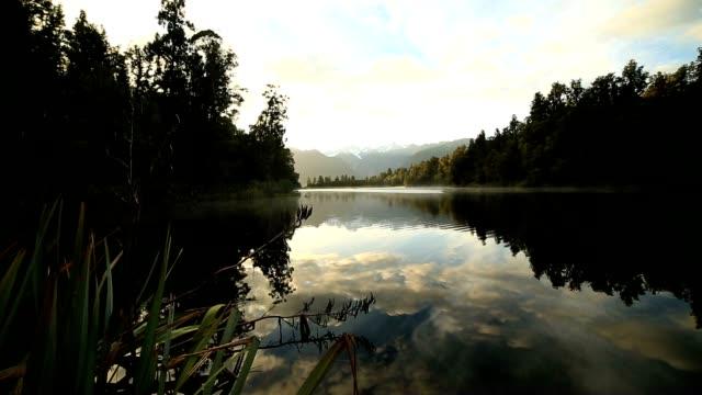 stockvideo's en b-roll-footage met lake matheson reflectie voor zonsopgang - ver