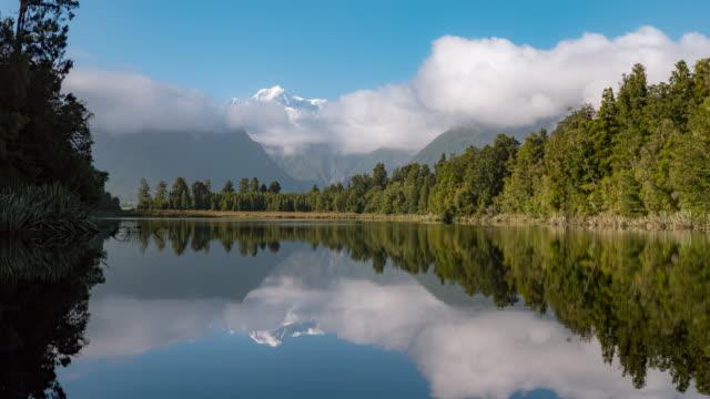 vídeos de stock e filmes b-roll de lake matheson south island new zealand - lago