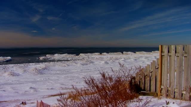 stockvideo's en b-roll-footage met lake michigan in winter, fence in foreground - tuinhek