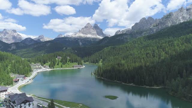 lake misurina and tre cime di lavaredo (three peaks of lavaredo) in dolomites / the italian alps, italy - lake video stock e b–roll