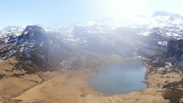 vídeos y material grabado en eventos de stock de lake near covadonga, picos de europa, asturias - prado