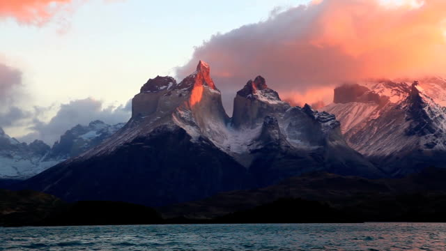 lake pehoe at dawn. torres del paine, chile - chile stock-videos und b-roll-filmmaterial
