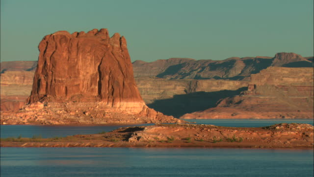 ms, lake powell and rock formations, glen canyon national recreation area, utah, usa - lago powell video stock e b–roll