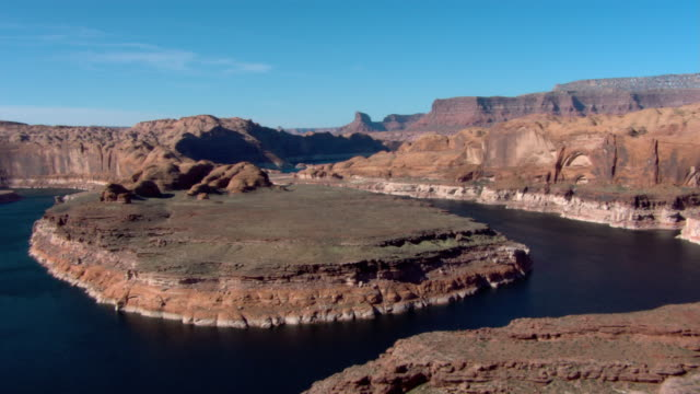 lake powell winds around rugged buttes of the desert. - lago powell video stock e b–roll