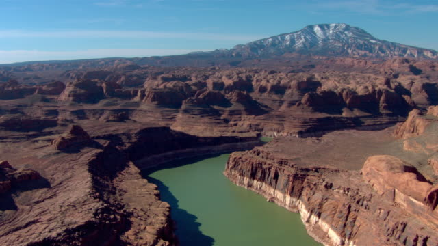 vídeos de stock e filmes b-roll de lake powell winds through a rugged canyon. - lago powell