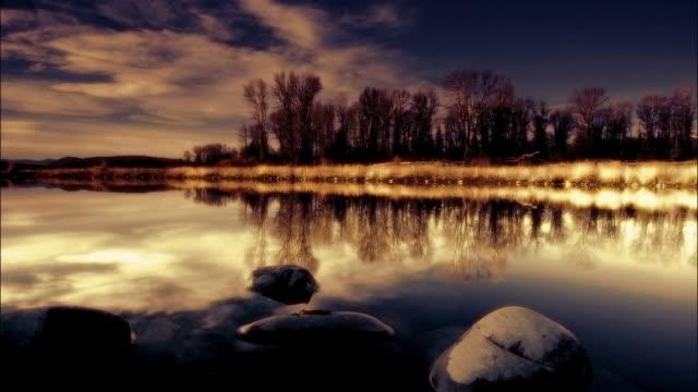 stockvideo's en b-roll-footage met ws, pan lake reflecting clouds and trees, mount rainer national park, washington, usa - cross processen