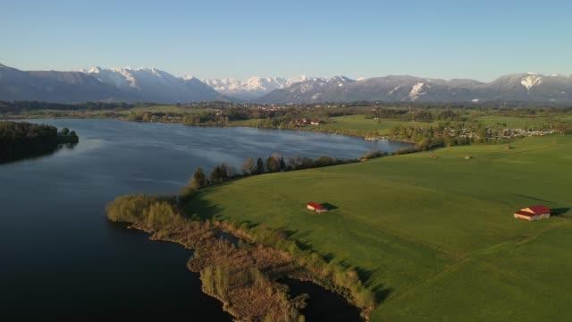 vídeos de stock, filmes e b-roll de lake riegsee, bavaria, germany, europe - montanha zugspitze