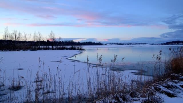 vídeos de stock, filmes e b-roll de lake riegsee in winter at sunset, riegsee, murnau, upper bavaria, bavaria, germany, european alps - alta baviera